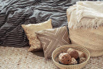Dekoracyjne poduszki - znak rozpoznawczy stylu nowojorskiego