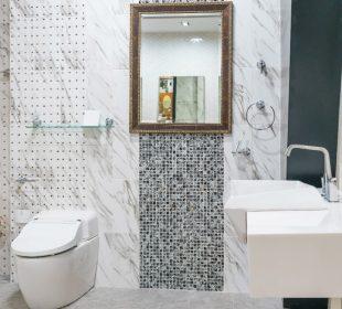 Łazienka ze srebrnymi i błyszczącymi płytkami - jak ją urządzić?