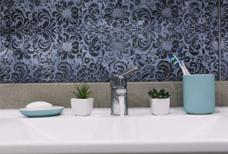 Tapeta w kwiaty do łazienki - czy to dobry pomysł? Z czym łączyć?