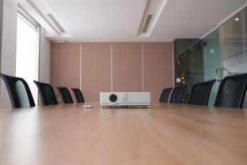 W co wyposażyć firmowy meeting room?