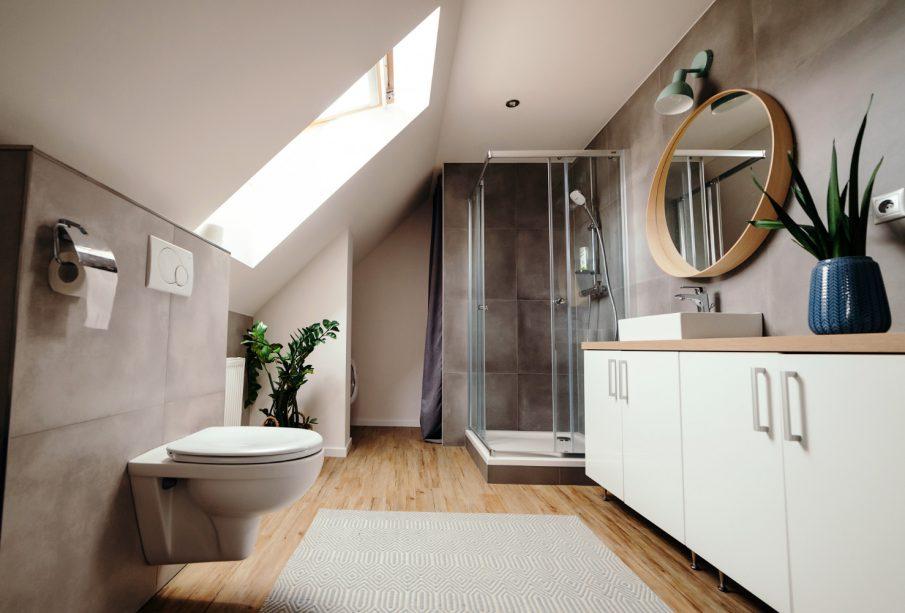 Jakie wyposażenie brać pod uwagę przy planowaniu łazienki?