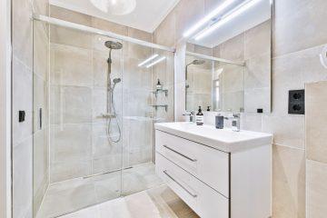 Jak zagospodarować małą nowoczesną łazienkę?